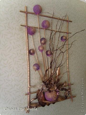Помните моё вертикальное панно тоже с шарами и в сиренево-золотом тоне?Покупателю оно очень понравилось,кроме размера.Стена большая,комната тоже,и панно маловато.Заказала в том же духе,но гораздо больше.И вот 8 вечеров ухлопала на эту вещь. фото 2