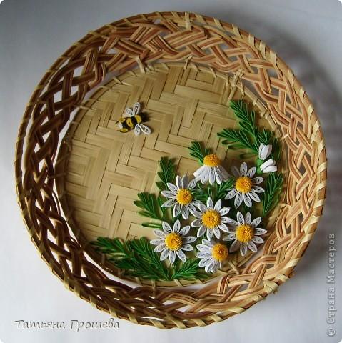 Вот опять мои любимые ромашки, и опять в плетеной тарелочке. фото 2