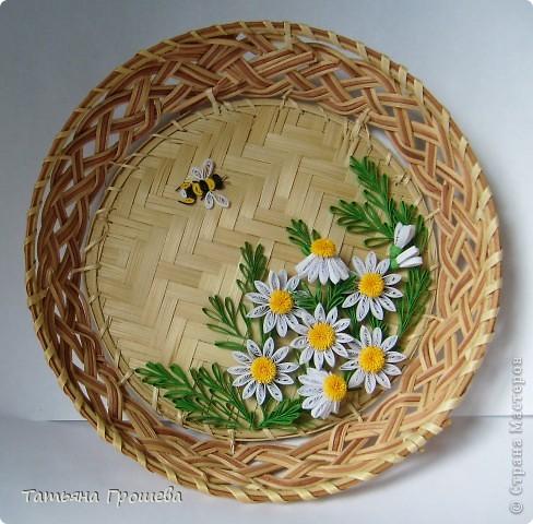 Вот опять мои любимые ромашки, и опять в плетеной тарелочке. фото 1