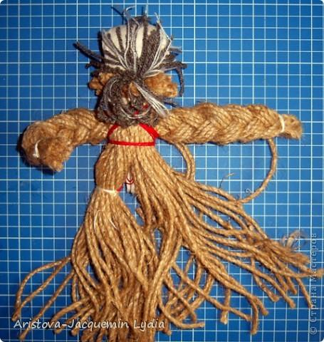 Кукла «Тульский мастеровой» сделана во весь рост. Игрушка двуликая: спереди – мальчик-подмастерье, а сзади – зрелый мастер с бородой, так как кузнец никогда не сбривал бороду. Она была необходима в кузнечном деле, по ней он проверял остроту своих изделий. Оба персонажа изображены в рабочих фартуках и держат в руках металлические инструменты.  фото 14