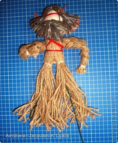 Кукла «Тульский мастеровой» сделана во весь рост. Игрушка двуликая: спереди – мальчик-подмастерье, а сзади – зрелый мастер с бородой, так как кузнец никогда не сбривал бороду. Она была необходима в кузнечном деле, по ней он проверял остроту своих изделий. Оба персонажа изображены в рабочих фартуках и держат в руках металлические инструменты.  фото 15