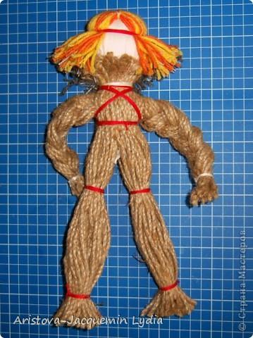Кукла «Тульский мастеровой» сделана во весь рост. Игрушка двуликая: спереди – мальчик-подмастерье, а сзади – зрелый мастер с бородой, так как кузнец никогда не сбривал бороду. Она была необходима в кузнечном деле, по ней он проверял остроту своих изделий. Оба персонажа изображены в рабочих фартуках и держат в руках металлические инструменты.  фото 17