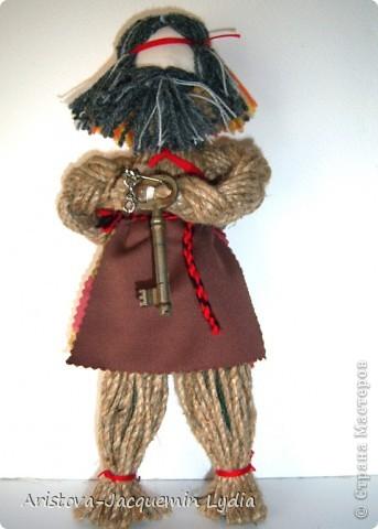 Кукла «Тульский мастеровой» сделана во весь рост. Игрушка двуликая: спереди – мальчик-подмастерье, а сзади – зрелый мастер с бородой, так как кузнец никогда не сбривал бороду. Она была необходима в кузнечном деле, по ней он проверял остроту своих изделий. Оба персонажа изображены в рабочих фартуках и держат в руках металлические инструменты.  фото 18