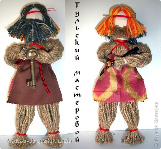 Кукла «Тульский мастеровой» сделана во весь рост. Игрушка двуликая: спереди – мальчик-подмастерье, а сзади – зрелый мастер с бородой, так как кузнец никогда не сбривал бороду. Она была необходима в кузнечном деле, по ней он проверял остроту своих изделий. Оба персонажа изображены в рабочих фартуках и держат в руках металлические инструменты.  фото 1