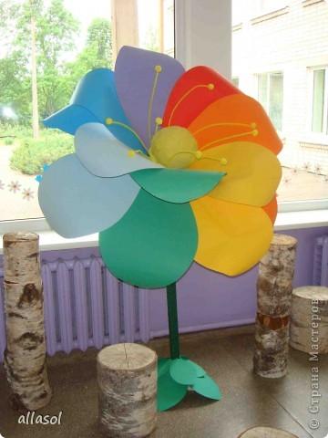 В субботу в школе был выпускной для 9 классов. Вот такой волшебный цветок мы сделали в подарок школе.  Сейчас он стоит в вестибюле.  фото 1