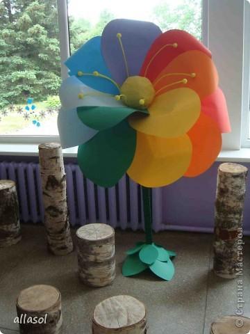 В субботу в школе был выпускной для 9 классов. Вот такой волшебный цветок мы сделали в подарок школе.  Сейчас он стоит в вестибюле.  фото 2