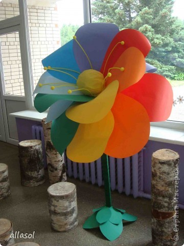 В субботу в школе был выпускной для 9 классов. Вот такой волшебный цветок мы сделали в подарок школе.  Сейчас он стоит в вестибюле.  фото 3