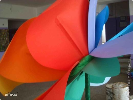 В субботу в школе был выпускной для 9 классов. Вот такой волшебный цветок мы сделали в подарок школе.  Сейчас он стоит в вестибюле.  фото 15