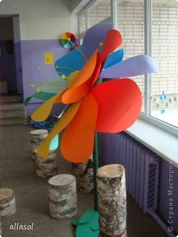 В субботу в школе был выпускной для 9 классов. Вот такой волшебный цветок мы сделали в подарок школе.  Сейчас он стоит в вестибюле.  фото 4
