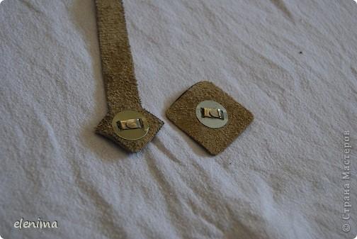 Некоторые ключи имеют слишком большой размер, чтобы поместиться в стандартные ключницы, при этом они болтаются в карманах, рвут подклад. Поэтому мною был задуман следующий подарок для мужа. Механизм действия ключницы: ремешок с ключами вытягивается сверху (ключи втягиваются внутрь) и крепится на кнопку. фото 5