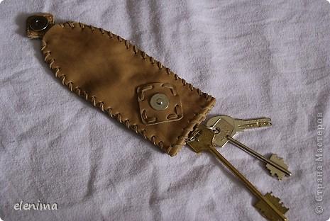 Некоторые ключи имеют слишком большой размер, чтобы поместиться в стандартные ключницы, при этом они болтаются в карманах, рвут подклад. Поэтому мною был задуман следующий подарок для мужа. Механизм действия ключницы: ремешок с ключами вытягивается сверху (ключи втягиваются внутрь) и крепится на кнопку. фото 1