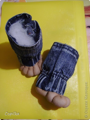 Нужен был срочно домовёнок , но не простой,а огородный. Вот задача!  Я сшила из старых джинсов мешок ( с круглым донышком) по размеру пластикового ведёрка от майонеза.Только добавила длинны,чтоб мешок можно было завязать декоративной ленточкой.Сверху (только к горловине) подшила подклад .Он зелёный в ромашках,на фото плохо видно.Внутрь вложила ведро,в него насыпала всякие душистые травы и семена. фото 15