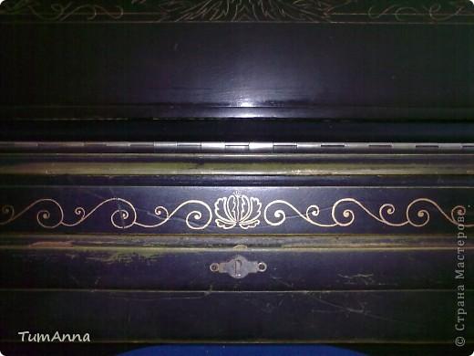"""До 2006 года это было обыкновенное старое черное пианино """"Приморье"""", которое хотели отдать в другие руки.....  (новенькое пианино, только с завода, подарили моей маме почти 50 лет назад)..... Я так прикипела к нему душой и не хотела его отдавать. Взяла то, что было под рукой и ...... вроде не испортила :) Теперь на него никто не покушается :) фото 5"""