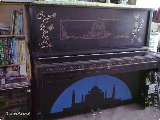 """До 2006 года это было обыкновенное старое черное пианино """"Приморье"""", которое хотели отдать в другие руки.....  (новенькое пианино, только с завода, подарили моей маме почти 50 лет назад)..... Я так прикипела к нему душой и не хотела его отдавать. Взяла то, что было под рукой и ...... вроде не испортила :) Теперь на него никто не покушается :) фото 8"""