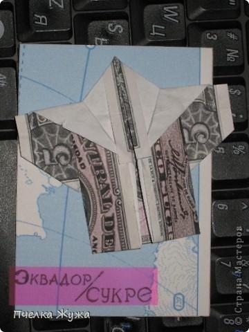 """Задумала новые АТС, долго решала, что на них будет да как, и вот решила: сухо, минимум украшений, вернее, совсем без них, зато интересная тема, на мой взгляд: Страны и валюта. А чтобы не просто купюры показывать, я решила применить оригами. Единственное - не совсем сответствует фасон одежды стране, но, я думаю, сейчас везде носят и юбки, и шорты, и кимоно, а уж рубашки - тем более. Итак, встречайте - """"От кутюр из купюр"""" Серия вся на долги: Vitulichka, ЛеНкина, Людмила2011, Гайдаенко Елена, Logoz, igla, vaulchenko, Юность, Лилиюшка, bagira1965, maniya, Likmiass, Полина Науменко, Арина, Olhga - заходите, одевайтесь, выбирайте, если понравится фото 9"""