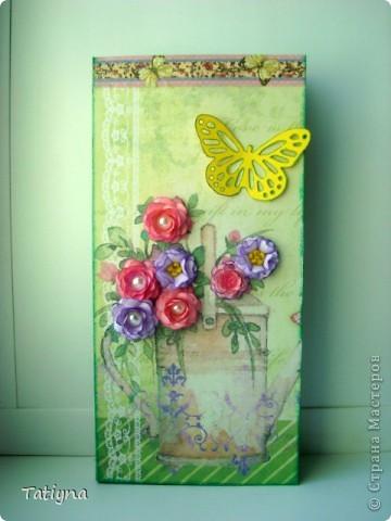 Добрый всем день!!! Сегодня я к вам с открыточкой-шоколадницей и конвертиком!! Очень мне понравился мотив на скрап бумаге, леечка с цветами, решила его немного украсить и сделала объемные  цветочки, а к ним и бабочка прилетела, вот так по летнему получилось!!! Края тонированы штемпельной подушечкой, сверху  украшена текстильной самоклеющийся лентой для скрапбукинга.  Здесь схема шоколадницы http://stranamasterov.ru/node/195815 фото 1