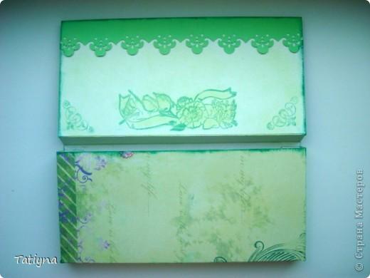 Добрый всем день!!! Сегодня я к вам с открыточкой-шоколадницей и конвертиком!! Очень мне понравился мотив на скрап бумаге, леечка с цветами, решила его немного украсить и сделала объемные  цветочки, а к ним и бабочка прилетела, вот так по летнему получилось!!! Края тонированы штемпельной подушечкой, сверху  украшена текстильной самоклеющийся лентой для скрапбукинга.  Здесь схема шоколадницы http://stranamasterov.ru/node/195815 фото 2