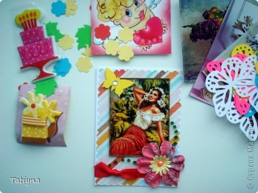 Добрый всем день!!! Сегодня я к вам с открыточкой-шоколадницей и конвертиком!! Очень мне понравился мотив на скрап бумаге, леечка с цветами, решила его немного украсить и сделала объемные  цветочки, а к ним и бабочка прилетела, вот так по летнему получилось!!! Края тонированы штемпельной подушечкой, сверху  украшена текстильной самоклеющийся лентой для скрапбукинга.  Здесь схема шоколадницы http://stranamasterov.ru/node/195815 фото 7