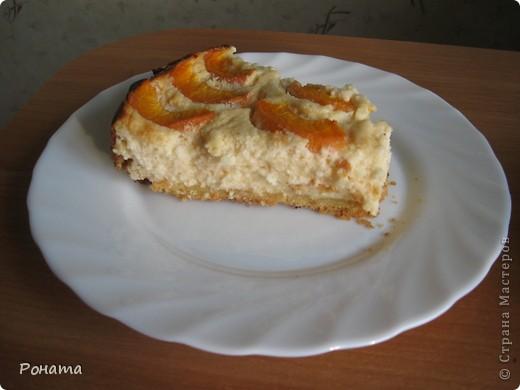 """Сегодня пекла пирог по рецепту, который давала здесь - http://stranamasterov.ru/node/201307 в пункте 5. Но так как пора сейчас не яблочная, сделала с абрикосами. Внутрь абрикосы не клала, а добавила в творожную смесь абрикосовый джем, закатанный прошлым летом (так его никто есть не хочет - ну не любители такого мои мужчины :)). В следующий раз теста сделаю двойную порцию, чтоб на бортики хватило, а то начинка по краям слегка подгорела - передержала в духовке минут 10 :(( Пирог получился вкусным, после ужина уже больше половины """"умяли"""" :)) фото 2"""