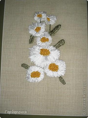 Вышивка атласными лентами,ленты не широкие,середки цветочков выполнены французским узелком. фото 2