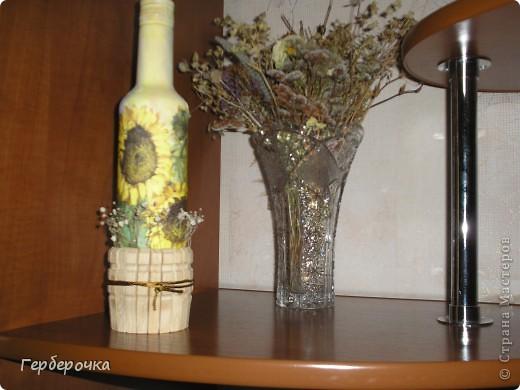 Бутылочка покрашена белой акриловой краской,поверх сделан декупаж. фото 1
