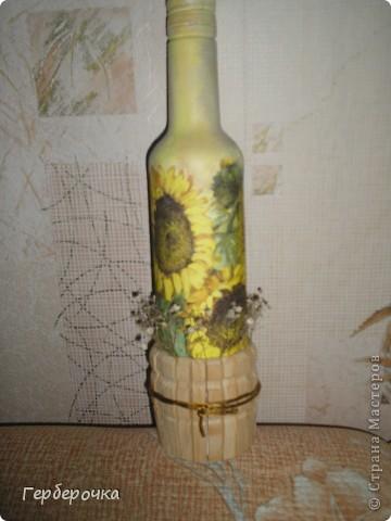 Бутылочка покрашена белой акриловой краской,поверх сделан декупаж. фото 2