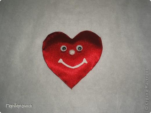 Сердечко сделано из атласа красного цвета ,ротик вырезан из бумаги,носик сшит из кусочка белой ткани,глазки покупные фото 1