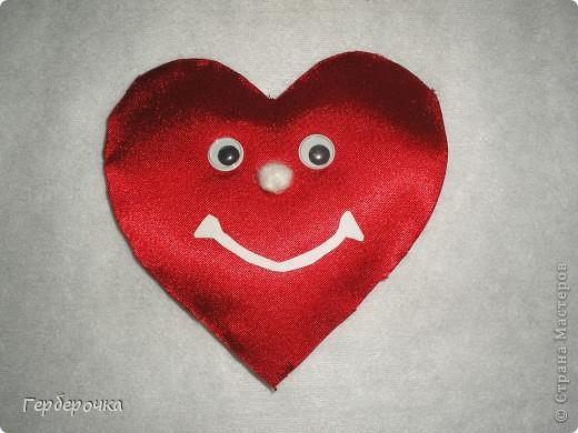 Сердечко сделано из атласа красного цвета ,ротик вырезан из бумаги,носик сшит из кусочка белой ткани,глазки покупные фото 2
