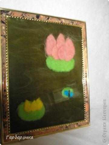"""Картина""""Лотос"""" выполнена сухим способом. Я просто взяла задник от рамки приклеила на него ткань белый флис,сверху раскладывала шерсть по рисунку и просто накрыла стеклом и оформила  в раму. фото 2"""