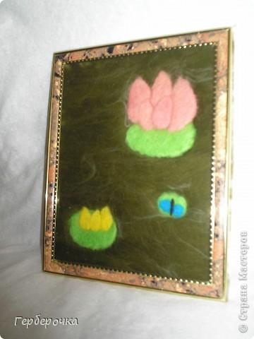 """Картина""""Лотос"""" выполнена сухим способом. Я просто взяла задник от рамки приклеила на него ткань белый флис,сверху раскладывала шерсть по рисунку и просто накрыла стеклом и оформила  в раму. фото 3"""