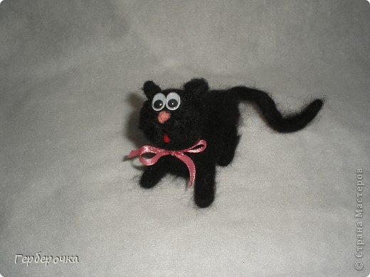 Котик Вася с бантиком на шее  шел на свидание к своей кошечке в то время как я его сфотографировала. Ах кавалер... фото 1