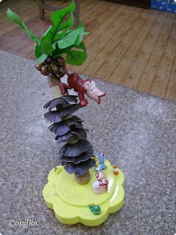 Совершенно СРОЧНО нужна была поделка из бросового материала, соорудился остров с пальмой ( пальма из  пробок ,между ними кружки кожи,мелко настриженные по краю.кокосы - деревянные бусинки,зелень - искусственные листья) фото 1