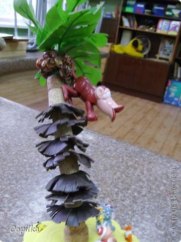 Совершенно СРОЧНО нужна была поделка из бросового материала, соорудился остров с пальмой ( пальма из  пробок ,между ними кружки кожи,мелко настриженные по краю.кокосы - деревянные бусинки,зелень - искусственные листья) фото 2