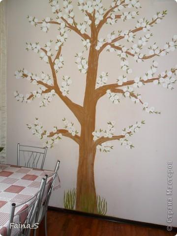 Комната моих детей. Рисовала на стене водоэмульсионной краской, используя колеры. фото 2