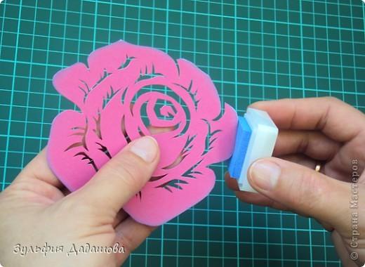 Мастер-класс снят специально для интернет-магазина Read.ru.   Понадобится бумага для пастели розового и сиреневого оттенков, плотностью   130-160 гр/м2. Распечатать шаблон на офисной бумаге. Шаблон рассчитан на формат А4.  Размеры открытки  по шаблону 10,5х15 см в сложенном виде  фото 11