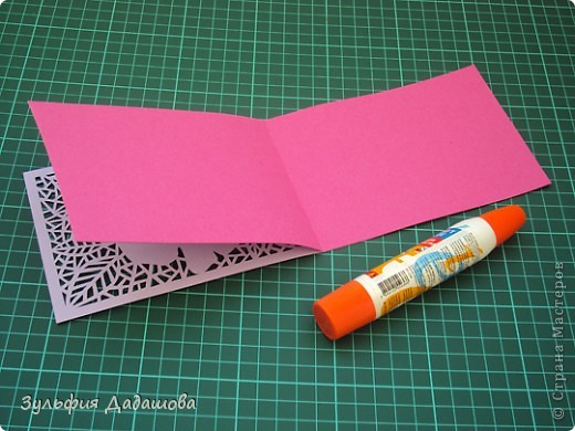Мастер-класс снят специально для интернет-магазина Read.ru.   Понадобится бумага для пастели розового и сиреневого оттенков, плотностью   130-160 гр/м2. Распечатать шаблон на офисной бумаге. Шаблон рассчитан на формат А4.  Размеры открытки  по шаблону 10,5х15 см в сложенном виде  фото 12