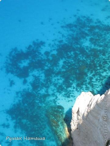 о-ров ЗАКИНТОС....Среди изумрудных вод Ионического моря расположился настоящий райский уголок — древний остров Закинф (Zakynthos), воспетый поэтами и своей историей уходящий в далекое прошлое. Остров называли «Цветком средиземного востока» — и действительно, красота Закинфа достойна кисти художника — золотые песчаные дюны, окаймленные пышной зеленью и вековыми соснами, живописные бухты, окруженные причудливыми скалами, оливковые и апельсиновые рощи, ухоженные виноградники и уютные деревушки с узкими улочками и старинными монастырями. Остров известен с доисторических времен и считается первым местом обитания Закинфа — сына царя Фригии Дардано. Жители острова сражались на стороне Одиссея в Троянской войне и позднее установили демократическое правление. Еще в далеком прошлом, благодаря своему географическому положению и большому запасу смолы, остров познал свой политический и торговый расцвет. Он занял нейтральную позицию в войне с персами, а в Пелопоннесской войне сражался на стороне афинян. Закинф был покорен воинами Александра Македонского и позже — римлянами, которые предоставили ему частичную автономию. Христианство, согласно древним преданиям, было распространено на острове с появлением там Марии Магдалины в 34 году н. э. На всем протяжении Византийской эпохи остров подвергался нападениям морских пиратов и вандалов, позже — крестоносцев. Закинф имел всегда и сохраняет по сей день высокий уровень культуры.  фото 11