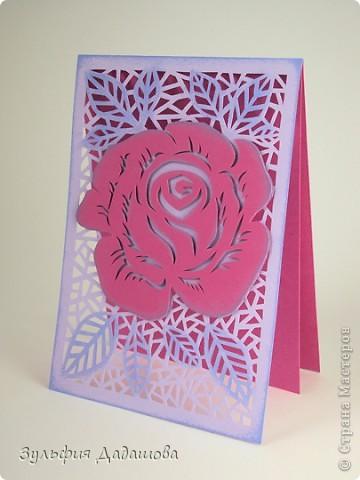 Мастер-класс снят специально для интернет-магазина Read.ru.   Понадобится бумага для пастели розового и сиреневого оттенков, плотностью   130-160 гр/м2. Распечатать шаблон на офисной бумаге. Шаблон рассчитан на формат А4.  Размеры открытки  по шаблону 10,5х15 см в сложенном виде  фото 1