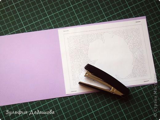 Мастер-класс снят специально для интернет-магазина Read.ru.   Понадобится бумага для пастели розового и сиреневого оттенков, плотностью   130-160 гр/м2. Распечатать шаблон на офисной бумаге. Шаблон рассчитан на формат А4.  Размеры открытки  по шаблону 10,5х15 см в сложенном виде  фото 3