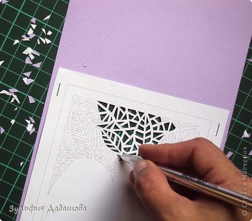 Мастер-класс снят специально для интернет-магазина Read.ru.   Понадобится бумага для пастели розового и сиреневого оттенков, плотностью   130-160 гр/м2. Распечатать шаблон на офисной бумаге. Шаблон рассчитан на формат А4.  Размеры открытки  по шаблону 10,5х15 см в сложенном виде  фото 4