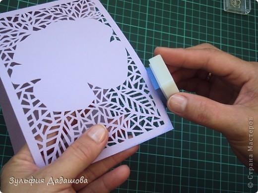 Мастер-класс снят специально для интернет-магазина Read.ru.   Понадобится бумага для пастели розового и сиреневого оттенков, плотностью   130-160 гр/м2. Распечатать шаблон на офисной бумаге. Шаблон рассчитан на формат А4.  Размеры открытки  по шаблону 10,5х15 см в сложенном виде  фото 10