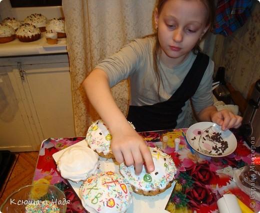Дочь очень любит помогать украшать куличи. фото 1
