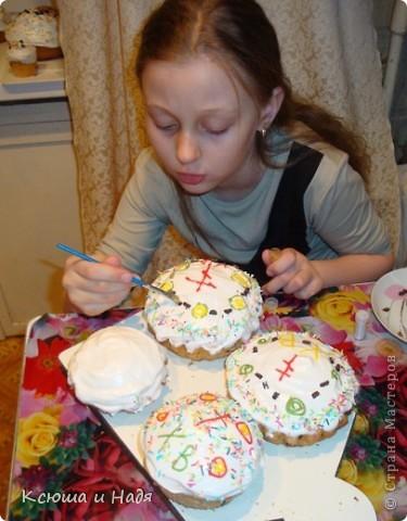 Дочь очень любит помогать украшать куличи. фото 3