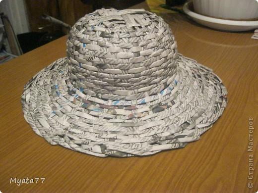 Моей дочери в колледже дали задание (она учится на учителя изобразительного искусства) - сделать шапку и сумку из подручного материала. Мы подумали и решили освоить технику плетения из газет. Вот, что получилось. Преподаватель покрасить не разрешил, сказал, так лучше видно из чего сделано. фото 7