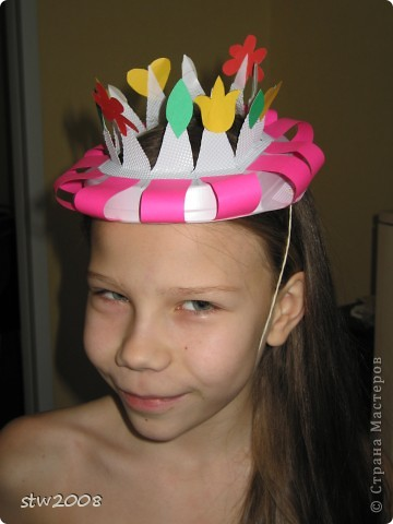 Шляпка из одноразовой тарелки, цветочки из цветной бумаги и шляпная резинка. Делали дочке на урок английского фото 2