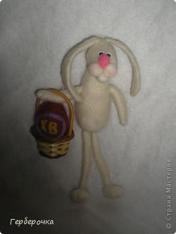 Зайка свалян из белой  гребенной ленты,носик из розовой,глазки покупные. фото 3