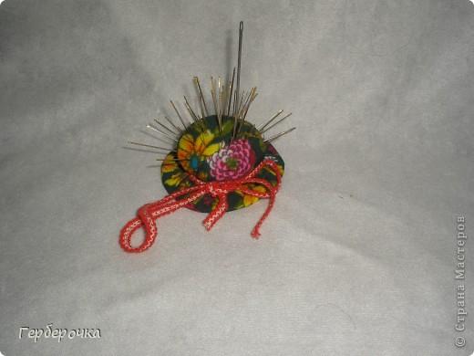 Игольница-шляпка, набита ватой,в основании круг из твердого картона фото 1