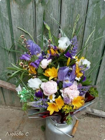 Букет сделан из садовых цветов на день рождение.