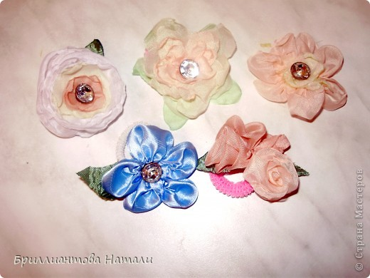"""очень люблю вышивку лентами и по ходу работы часто выполняю объемные цветочки из лент и органзы. Они делаются довольно быстро и легко.. а главное четких рамок при их изготовлении особо и не существует... Шаблоны я не делаю, все на """"глазок"""". Когда остаются лишние цветочки я делаю из них заколочки для моей двухлетней дочурки.. Тут уж  """"гуляй фантазия"""" от всей души. Можно использовать самые разные материалы, ленточки, бусинки, сеточки... Вот   как я делаю цветочек из ленты. Это только один вариант из множества других..  фото 1"""
