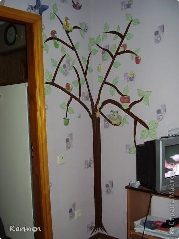 Дерево в детской на обоях фото 1